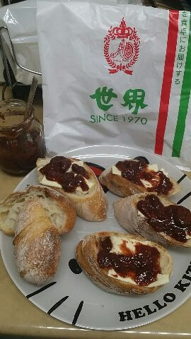 手作り苺ジャムと世界パン