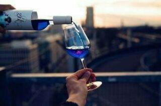 スペイン発の青いワイン